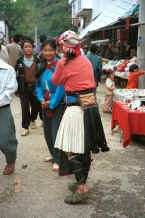 Jpeg 37K White Miao woman meeting a friend in De Wo market, De Wo township, Longlin county, Guangxi province 0010f33.jpg