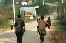 to Jpeg 28K Black Hmong workers returning to their villages outside Sa Pa, Lao Cai Province 9510I24.JPG