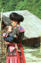 to Jpeg 31K Red Hmong woman and child in a village in Lai Chau province, northern Vietnam 9510f33.jpg